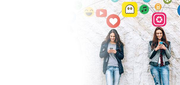 Jugentarif und Kindertarif für alle unter 26 - 2 Jugendliche surfen am Smartphone umgeben von App Icons